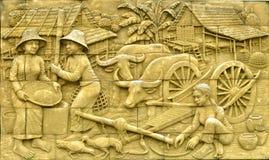 Estuque tailandês da cultura nativa na parede de pedra Fotos de Stock Royalty Free