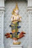 Estuque tradicional tailandês do anjo em wal foto de stock royalty free