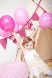 Esultanza sveglia felice della bambina alla festa di compleanno Fotografia Stock