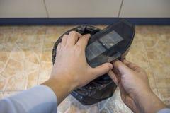 Esvaziando o caixote de lixo de um aspirador de p30 do robô imagens de stock royalty free