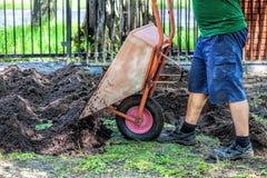 Esvaziando o carrinho de mão Fotografia de Stock Royalty Free