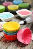 Esvazie as caixas coloridas do queque isoladas no fundo branco Imagem de Stock