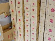 Esvazie as caixas de cartão preparadas prontas para ser enchido com os bens e para ser enviado aos clientes foto de stock