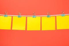 Esvazie as notas de papel amarelas que penduram na corda Fotos de Stock Royalty Free