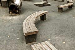 Esvazie bancos de madeira curvados Foto de Stock