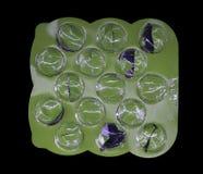 Esvazie a bolha verde dos comprimidos em um fundo preto Imagem de Stock