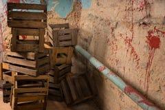 Esvazie caixas de madeira da embalagem em um conceito do horror de Dia das Bruxas Fotos de Stock Royalty Free