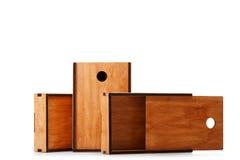Esvazie caixas de madeira retros ou caixas para os brinquedos isolados em um fundo branco Entrega e conceito da expedição Copie o Imagem de Stock