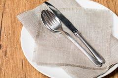 Esvazie a colher branca da placa, forquilha, faca Fotografia de Stock