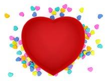 Esvazie coração vermelho a caixa dada forma com mini corações no fundo branco Imagem de Stock Royalty Free