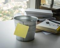 Esvazie da nota de post-it na cubeta na mesa imagens de stock royalty free