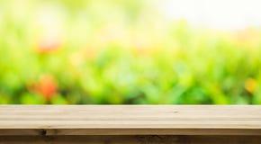 Esvazie do tampo da mesa de madeira no borrão do sumário verde fresco imagens de stock royalty free