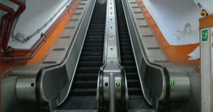 Esvazie a escada rolante subterrânea que move vídeos de arquivo