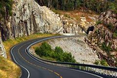 Esvazie a estrada litoral ao longo de Erfjorden, condado de Rogaland, Noruega foto de stock royalty free