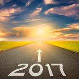 Esvazie a estrada reta a próximo 2017 no por do sol Fotografia de Stock