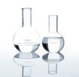 Esvazie garrafas do laboratório com um líquido desobstruído Foto de Stock