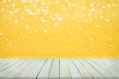 Esvazie a ideia superior da tabela ou do contador de madeira no bokeh dourado Foto de Stock Royalty Free