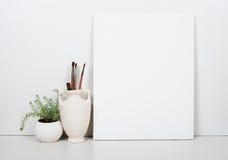 Esvazie a lona vazia em um fundo branco, decoração do interior da casa imagem de stock royalty free