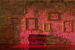 Esvazie molduras para retrato na parede de tijolo Imagem de Stock