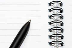 Esvazie o anel em branco, bloco de notas espiral, uma pena Imagem de Stock Royalty Free