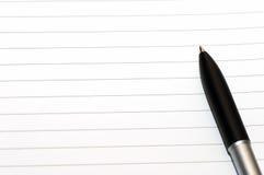 Esvazie o anel em branco, bloco de notas, uma pena Foto de Stock