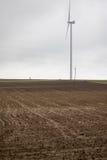 Esvazie o campo com turbina eólica Imagens de Stock Royalty Free