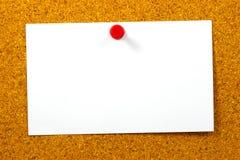 Esvazie o cartão sobre a cortiça amarela Fotografia de Stock Royalty Free