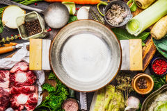 Esvazie o cozimento do potenciômetro com cozimento de ingredientes para a sopa ou o caldo da carne na mesa de cozinha Imagens de Stock