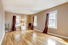 Esvazie o grande quarto com três indicadores e folhosa. Foto de Stock