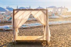 Esvazie o lugar sunbed da cama do dossel da cabine do VIP para o sol para recuar para a privacidade Fotografia de Stock