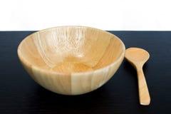 Esvazie o prato e a colher de madeira na tabela escura Fotografia de Stock