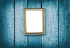 Esvazie o quadro de madeira que pendura na parede de madeira rachada azul Fotos de Stock