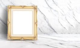 Esvazie o quadro dourado do vintage na parede e no assoalho de mármore limpos brancos imagem de stock