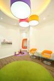 Esvazie o quarto iluminado com poltronas brilhantes imagens de stock