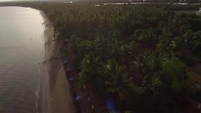 Esvazie o Sandy Beach tropical e o mar calmo bonito no dia nebuloso, video estoque