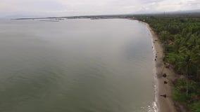 Esvazie o Sandy Beach tropical e o mar calmo bonito no dia nebuloso, filme