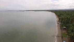 Esvazie o Sandy Beach tropical e o mar calmo bonito no dia nebuloso, vídeos de arquivo