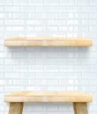 Esvazie o tampo da mesa e a prateleira de madeira na parede cerâmica da telha branca, Temp foto de stock