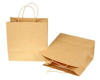 Esvazie os sacos de compras de papel reciclados marrons isolados no backg branco imagem de stock royalty free