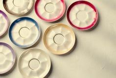 Esvazie os utensílios de mesa coloridos da porcelana, placas no fundo cinzento imagens de stock royalty free