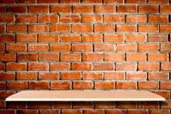 Esvazie prateleiras e o fundo de madeira da parede de tijolo para o produto imagem de stock royalty free