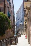 Esvazie a rua estreita e um canal em Veneza foto de stock royalty free