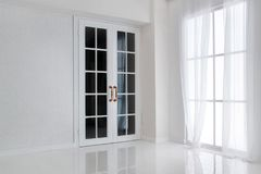 Esvazie a sala branca com janela grande e a porta francesa de vidro Foto de Stock Royalty Free