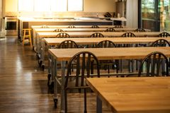 Esvazie a sala de aula culinária da escola com fileiras das tabelas e das cadeiras fotos de stock