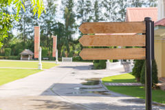 esvazie sinais de madeira para o texto com vista do jardim verde Fotografia de Stock