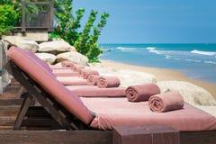 Esvazie sunbed com toalhas envolvidas Imagens de Stock