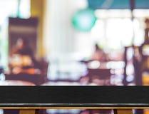 Esvazie a tabela de mármore preta e o fundo borrado da luz do bokeh do café foto de stock