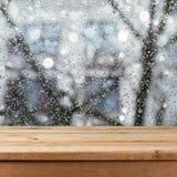 Esvazie a tabela de madeira da plataforma sobre a janela de vidro molhada Conceito chuvoso do tempo Imagem de Stock