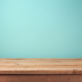 Esvazie a tabela de madeira da plataforma sobre o fundo do papel de parede da hortelã Foto de Stock