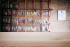 Esvazie a tabela de madeira e borre o fundo do sumário na frente de m Fotos de Stock Royalty Free